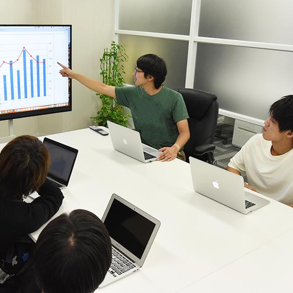 企画・マーケティング事業部の社員が会議をしている風景の画像